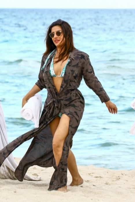 36 Best Priyanka Chopra Bikini Hot Looks Swimsuit Sexy Pics (4)