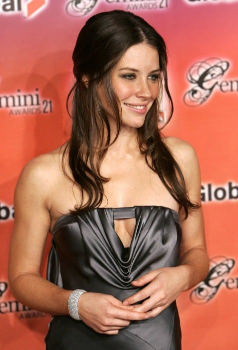 evangeline lilly hot clevage show in a award funtion