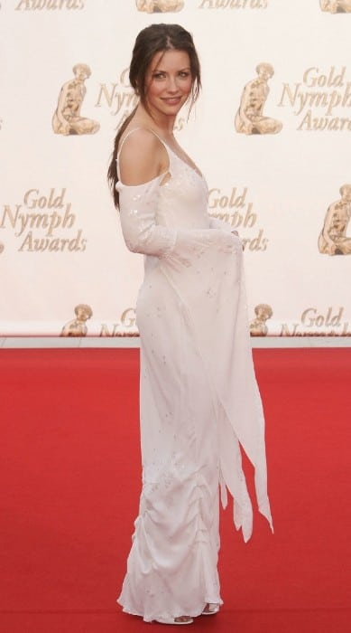 evangeline lilly hot in wite dress at award funtion