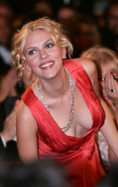 scarlett johansson hot clevage show in red dress
