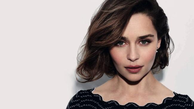 Emilia Clarke sexy looking pic