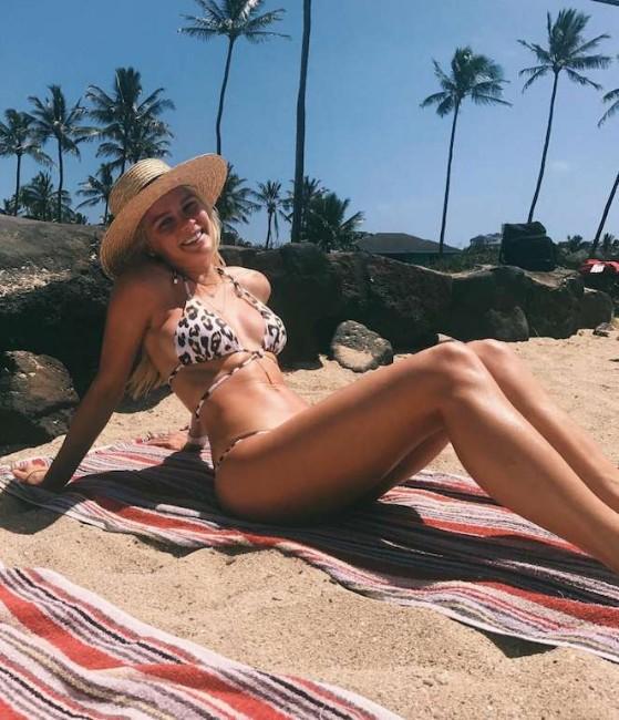Kelli Goss nude,Kelli Goss hot,Kelli Goss sexy boobs pics
