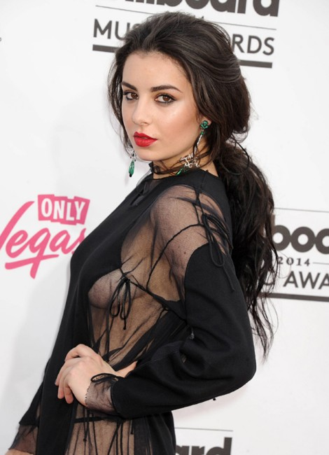 Charli XCX side boobs show photo