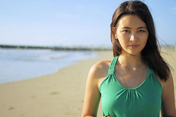 Jessica Henwick sexy beach photo