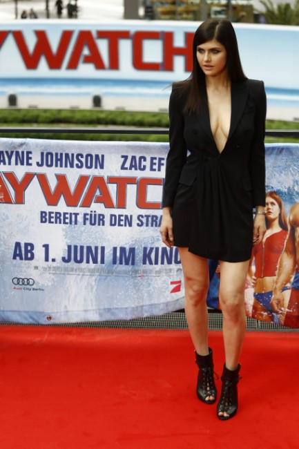 boobs show of baywatch star Alexandra Daddario