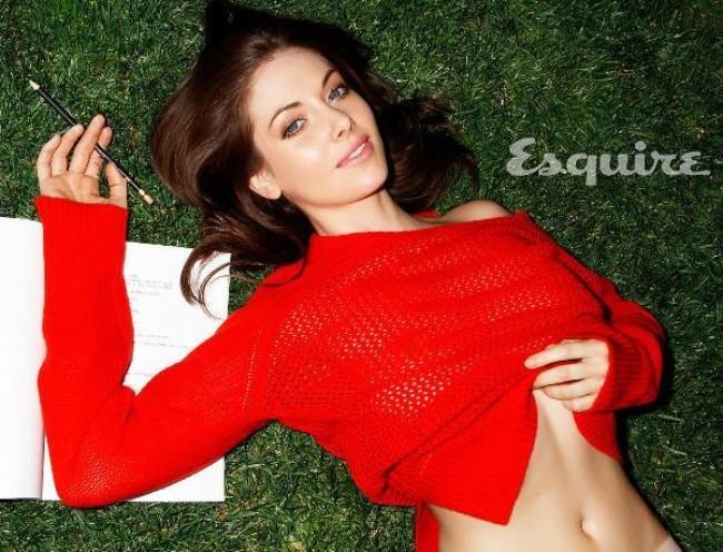 glow serise actress Alison Brie hot photos